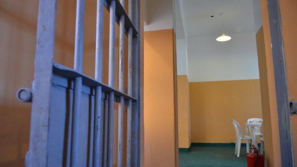 Luego de que desplazaron a la jefatura de la alcaidía de Comodoro Rivadavia, ayer separaron de sus funciones a seis celadores.