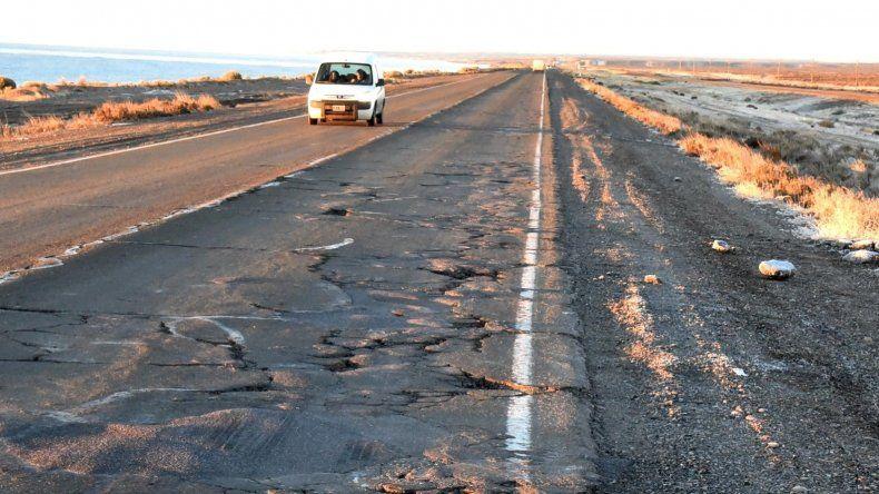 Cascotes de pavimento que se desprenden por el paso de pesados camiones y que son lanzados hacia las banquinas representan una constante en varios sectores del viejo tramo de la Ruta 3.