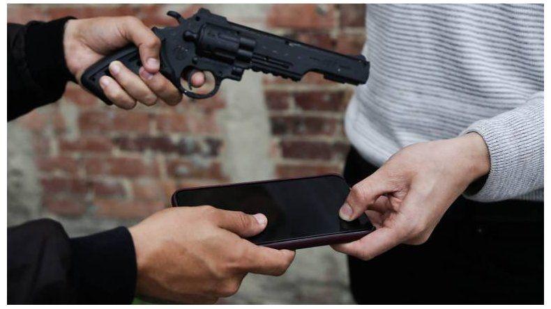 Le pegaron un disparo  para robarle el celular