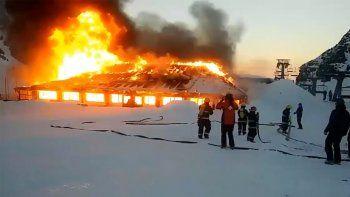El fuego arrasó por completo con la confitería Las Piedras, en el centro de esquí de Esquel.