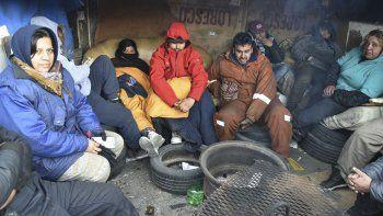 Los trabajadores precarizados, entre ellos algunas mujeres, continúan acampando en el acceso a las oficinas locales del Ministerio de Desarrollo Social de la Nación.
