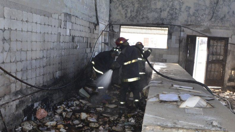 Una dotación de bomberos de la Unidad Quinta sofocó la quema de expedientes residuales en el interior del galpón donde funcionó el archivo municipal.