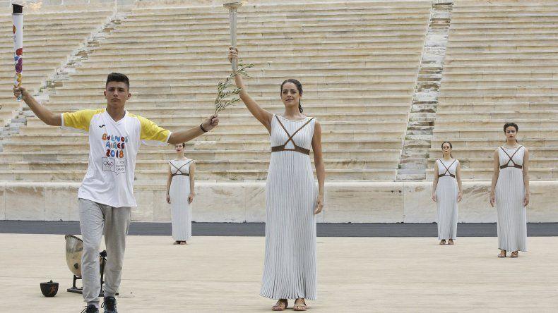 La llama olímpica comenzó a brillar ayer en Atenas.