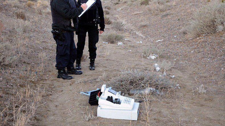 Policías de la Comisaría Tercera inspeccionaron el sitio donde fue hallada la caja registradora que pertenecería a alguno de los comercios que fueron asaltados en las últimas semanas.