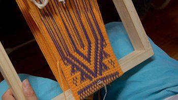 Enseñan telar mapuche