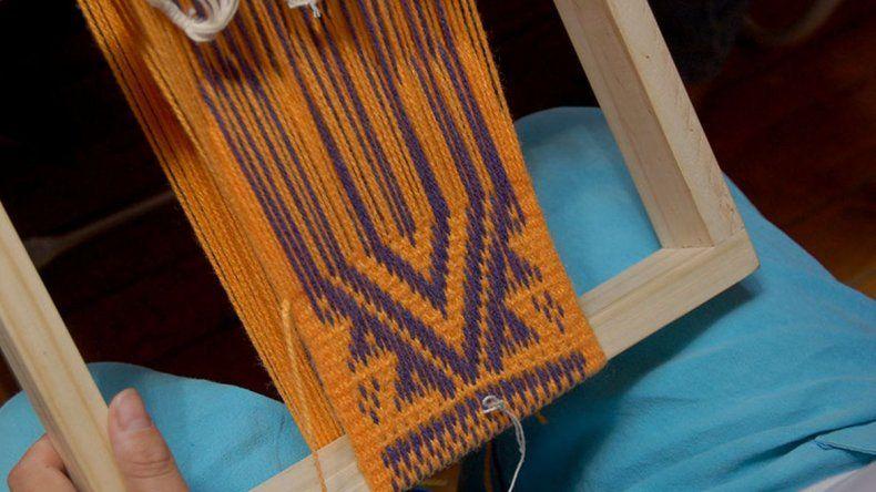 Enseñan telar mapuche, bordado y cocina a los más chicos