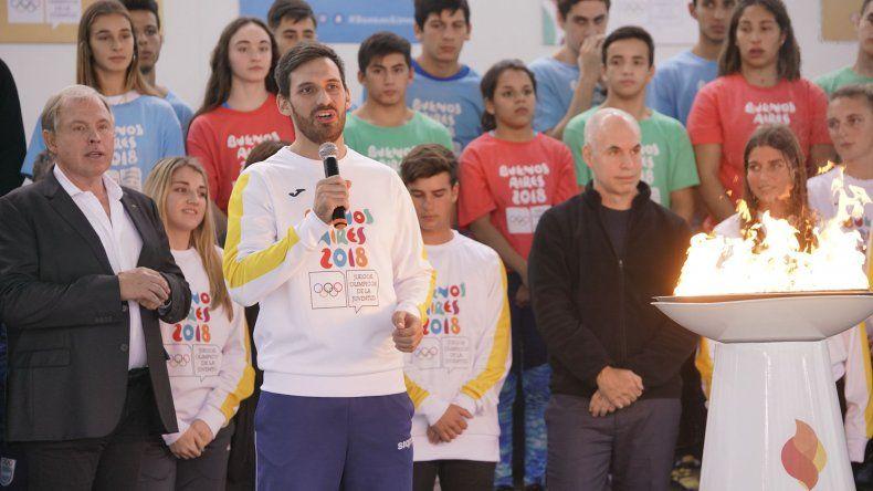 Sebastián Crismanich se dirige a los presentes durante el encendido de la llama olímpica en el Centro Acuático.