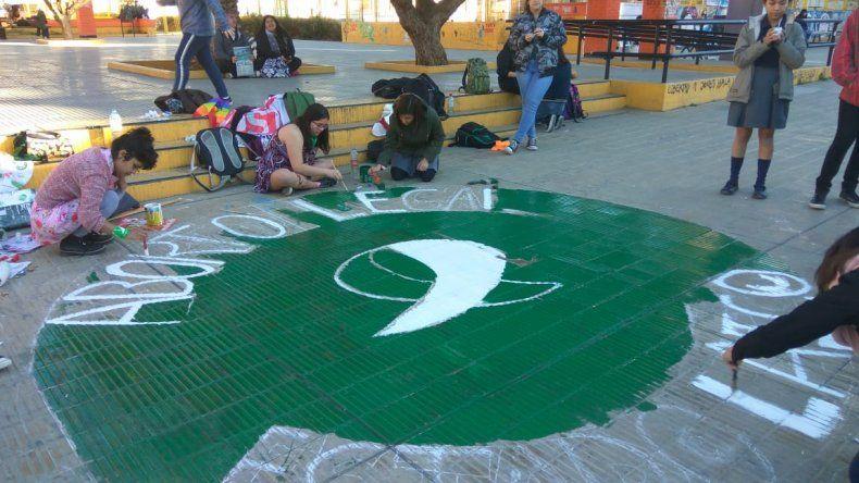 Pintaron un pañuelo verde en Plaza Kompuchewe
