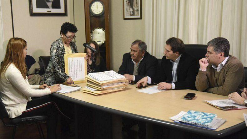 La Municipalidad ayer realizó la apertura de sobres para obras en cuatro barrios.