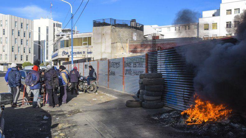 Los extrabajadores de la empresa Sofra SA queman cubiertas en inmediaciones del CABIN. Denuncian que el hollín afecta a los pacientes.
