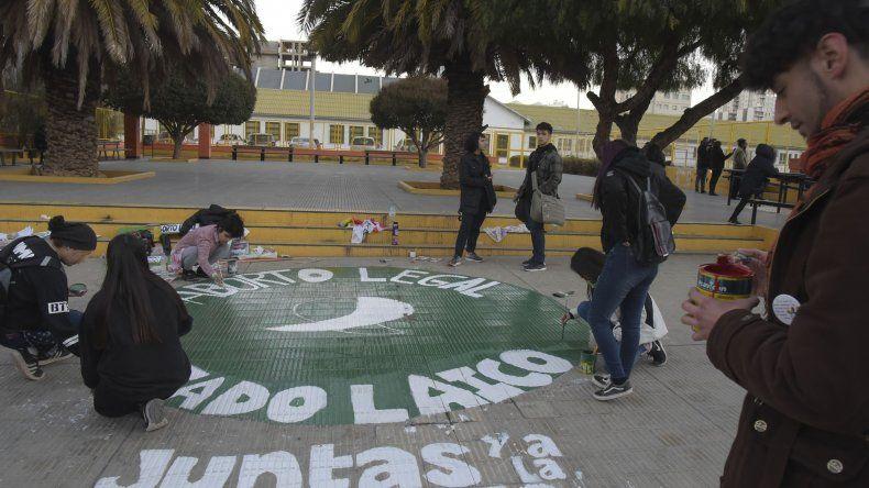 En la plaza de la Escuela 83 pintaron un pañuelo verde para acompañar la lucha por el aborto libre