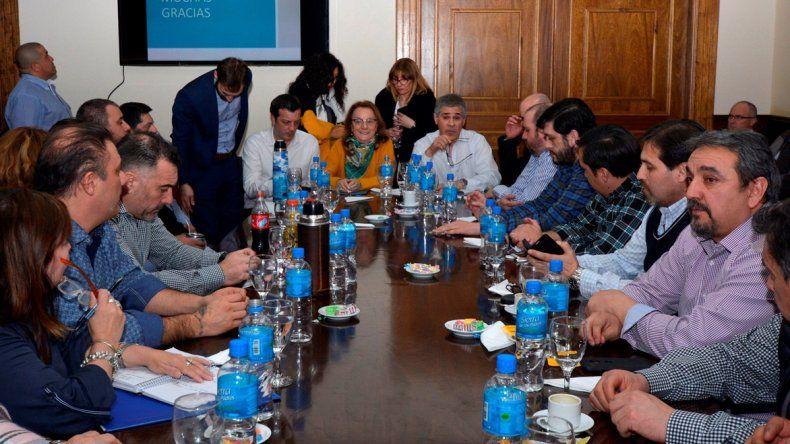 La reunión que mantuvo Alicia Kirchner junto al vicegobernador y ministros con gran parte de los jefes comunales.