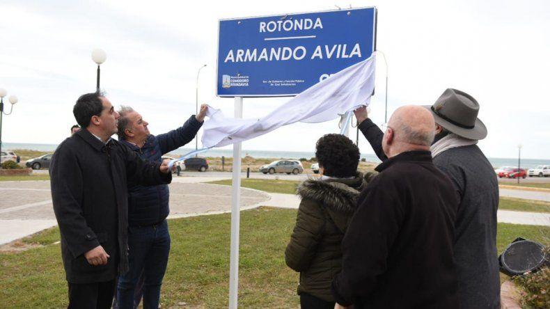 Autoridades municipales y familiares de Armando Avila descubren el letrero que da nombre a la rotonda.
