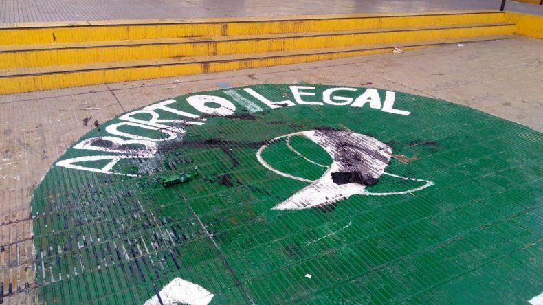 El pañuelo verde que fue pintado el viernes en el piso de la plaza de la Escuela 83 amaneció rayado.