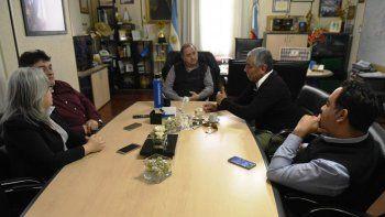 El intendente Carlos Linares se reunió con el presidente de la Comisión de Fomento de Cañadón Seco, Jorge Soloaga.