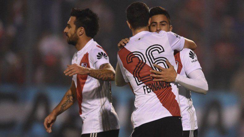 Gonzalo Martínez festeja el primer gol de River con Ignacio Fernández e Ignacio Scocco.
