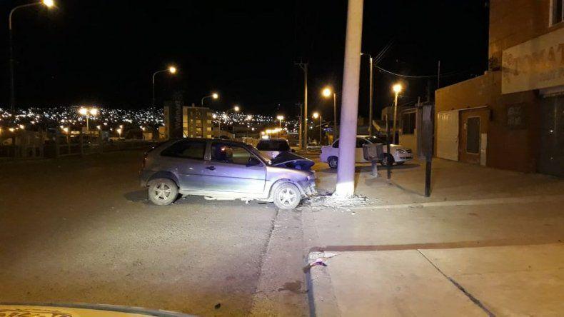 Chocó contra un poste de luz en el barrio Industrial y fue hospitalizado