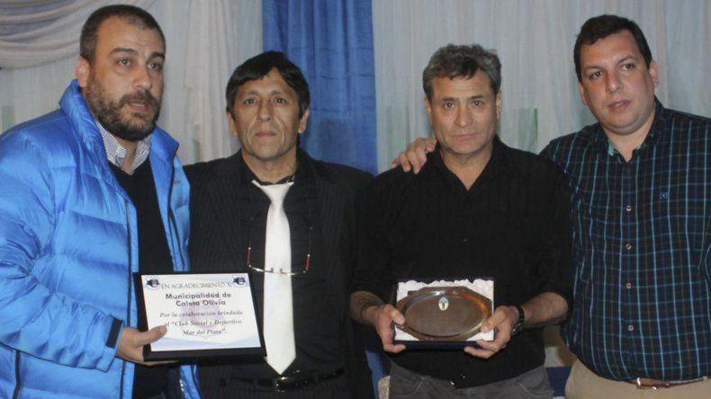 El intendente Facundo Prades hizo entrega de una plaqueta recordatoria a los dirigentes del club Mar del Plata en la cena aniversario.