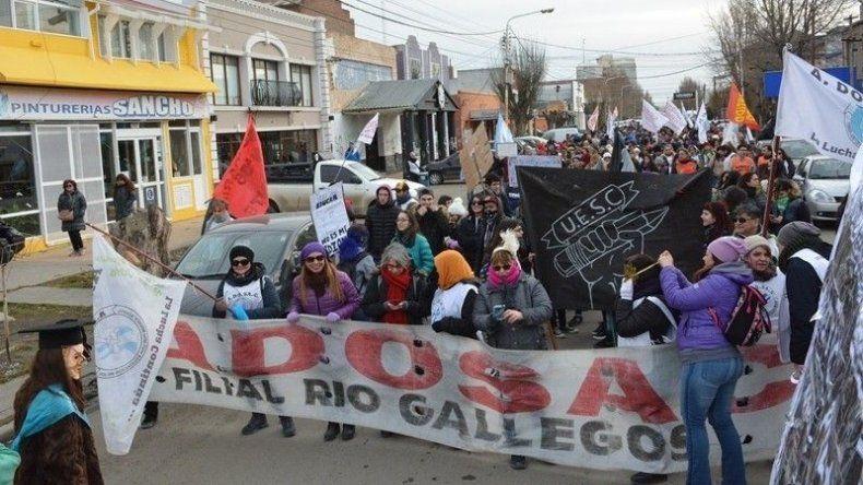 Docentes de toda la provincia nucleados en ADOSAC encabezaron ayer otra marcha de protesta por calles de Río Gallegos.