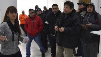 La delegada del Ministerio de Trabajo, Viviana Fernández, recibió a un grupo de exobreros de CPC que continúan demandando el pago de lo que se les adeuda tras ser despedidos el 31 de marzo.