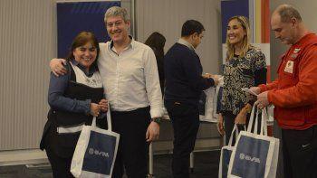 La Municipalidad de Comodoro Rivadavia, junto a OSDE y la Cruz Roja, entregaron un total de 36 kits de salud a escuelas de la ciudad.
