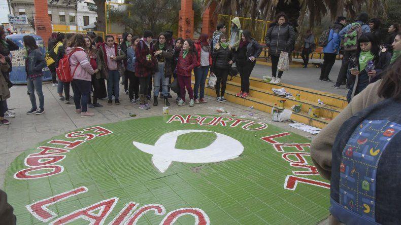 En la plaza de la Escuela 83 volvieron a pintar el pañuelo verde que había sido vandalizado en los últimos días.