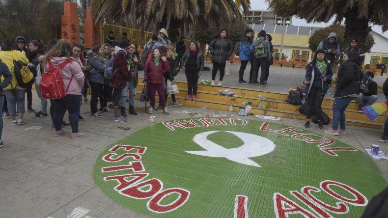 Volvieron a pintar el pañuelo verde en la Escuela 83