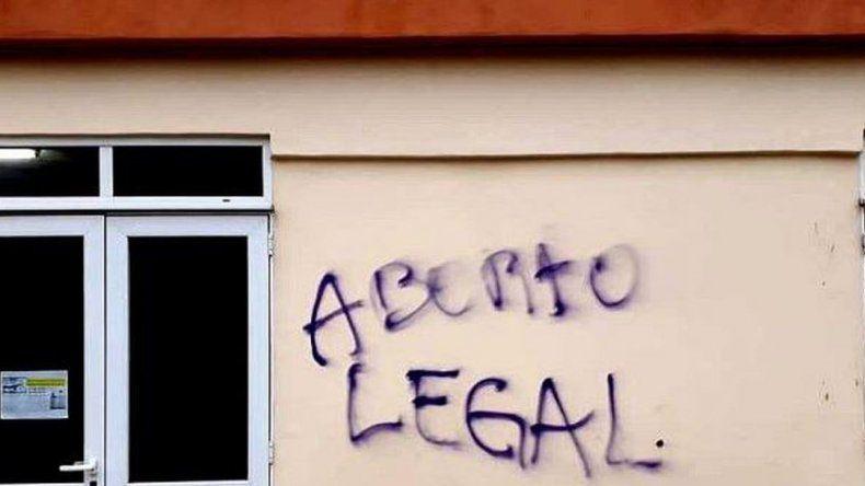 Pintaron grafiti pro aborto legal en una parroquia de Caleta Olivia