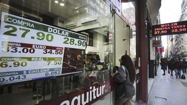 El dólar registró un alza promedio de 20 centavos en su cotización luego del anuncio del Ministerio de Hacienda quien reducirá el stock de divisas que sacará a la venta en forma diaria.