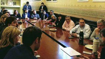 Uno de los múltiples encuentros desarrollados ayer por legisladores patagónicos para plantear su rechazo al ajuste del Gobierno de Macri.