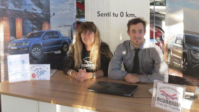 Nancy Regina junto a Martín Alarcón de Comercial Automotor durante la presentación del duatlón que se realizará el domingo.