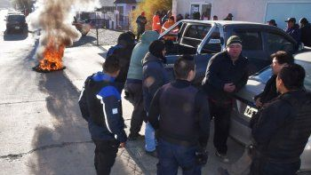 Los extrabajadores de  CPC quemaron  cubiertas frente al Ministerio de Trabajo