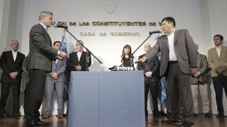 Arcioni al tomar juramento al nuevo subsecretario de Asuntos Municipales.