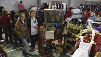 Cientos de personas ofrecen desde ayer ropa, juguetes, calzado, electrodomésticos y otros elementos usados en la Feria Americana y de Garaje que se extenderá hasta hoy en Caleta Olivia.