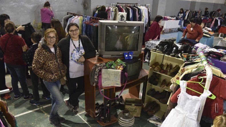 Cientos de personas ofrecen desde ayer ropa