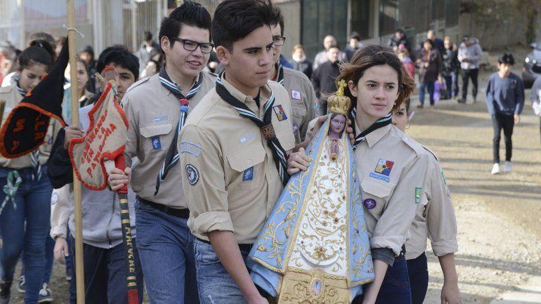 Los scouts trasladan la imagen de la virgen hasta la ermita.