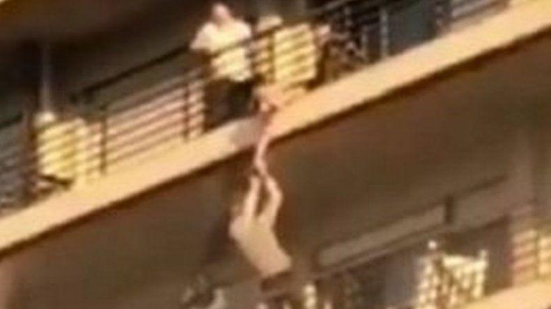 El rescate de un nene que quedó colgado de un balcón