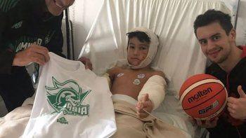 El sábado, Eduardo Opezzo y Manuel Buendia del Club Gimnasia y Esgrima se acercaron al Hospital Regional para visitar a Jonas, fanático del equipo.