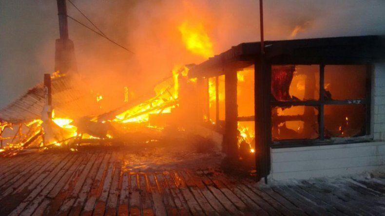 Quienes incendiaron la confitería de  La Hoya sabían que no había cámaras y alarma