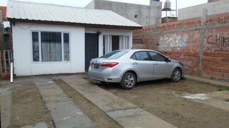 El Toyota robado en un taller estaba en el patio de una casa del barrio Abel Amaya.
