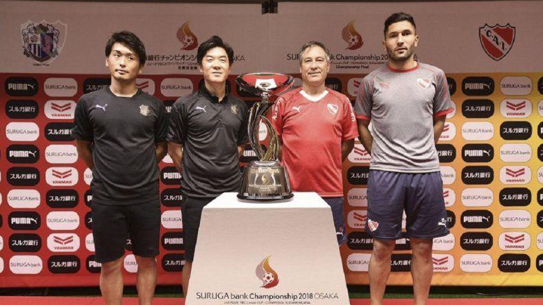 El entrenador de Independiente y el arquero posan junto a los representantes de Cerezo Osaka y la Copa Suruga Bank que estará en juego.