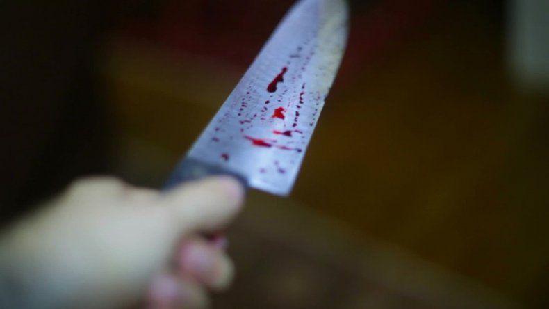 Atacó con un cuchillo a su madre y a un policía
