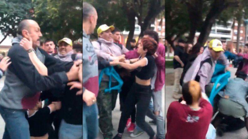 Manifestantes provida golpearon a jóvenes que llevaban pañuelos verdes en Santa Fe