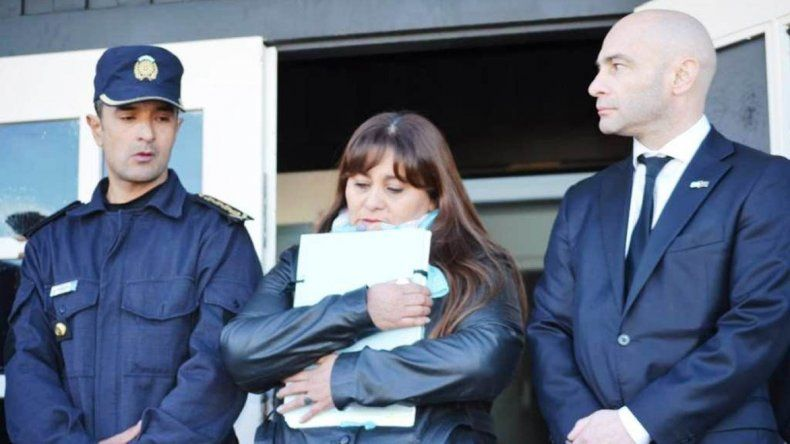 La madre del policía asesinado en 2010 recibió el legajo personal de su hijo en el 8° aniversario de su muerte.