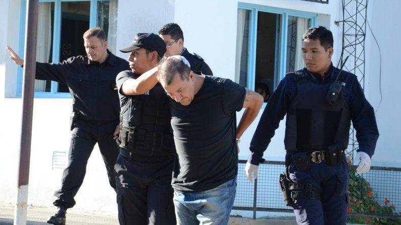 Elías Miranda Barrera es buscado por la policía para ser enjuiciado por el intento de robo al cajero del Banco Chubut.