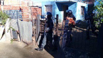 La Brigada de Investigaciones detuvo a dos de los sospechosos de robar en un almacén del barrio Máximo Abásolo.