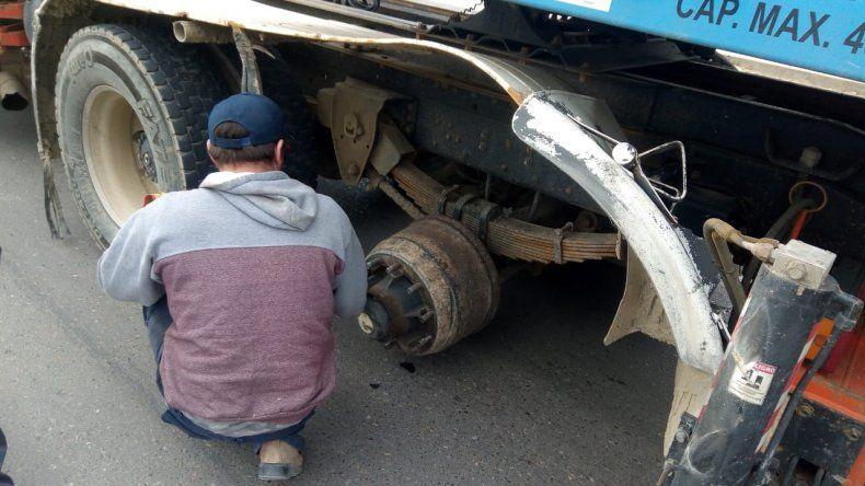Un camión perdió dos ruedas mientras circulaba por avenida Tiburón