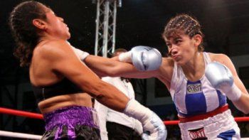 Marcela Acuña volverá a pelear esta noche por un título mundial en la categoría supergallo.