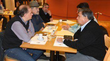 La reunión que mantuvo el intendente con miembros del futsal se realizó en un hotel céntrico de la ciudad.