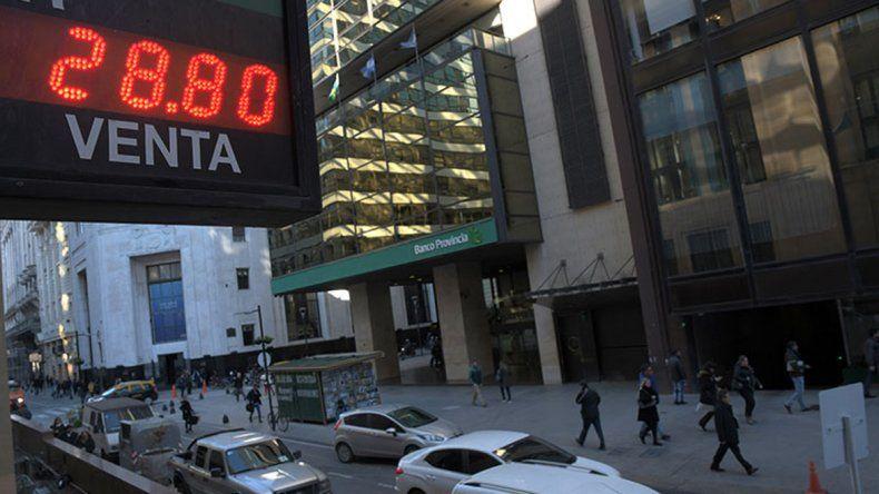 El dólar vuelve a acercarse a 29 pesos
